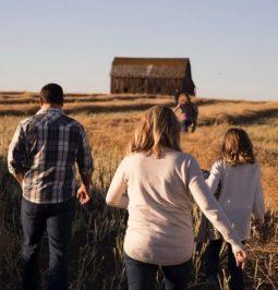 Au fil de soi 2012 - Famille de dos dans un champs